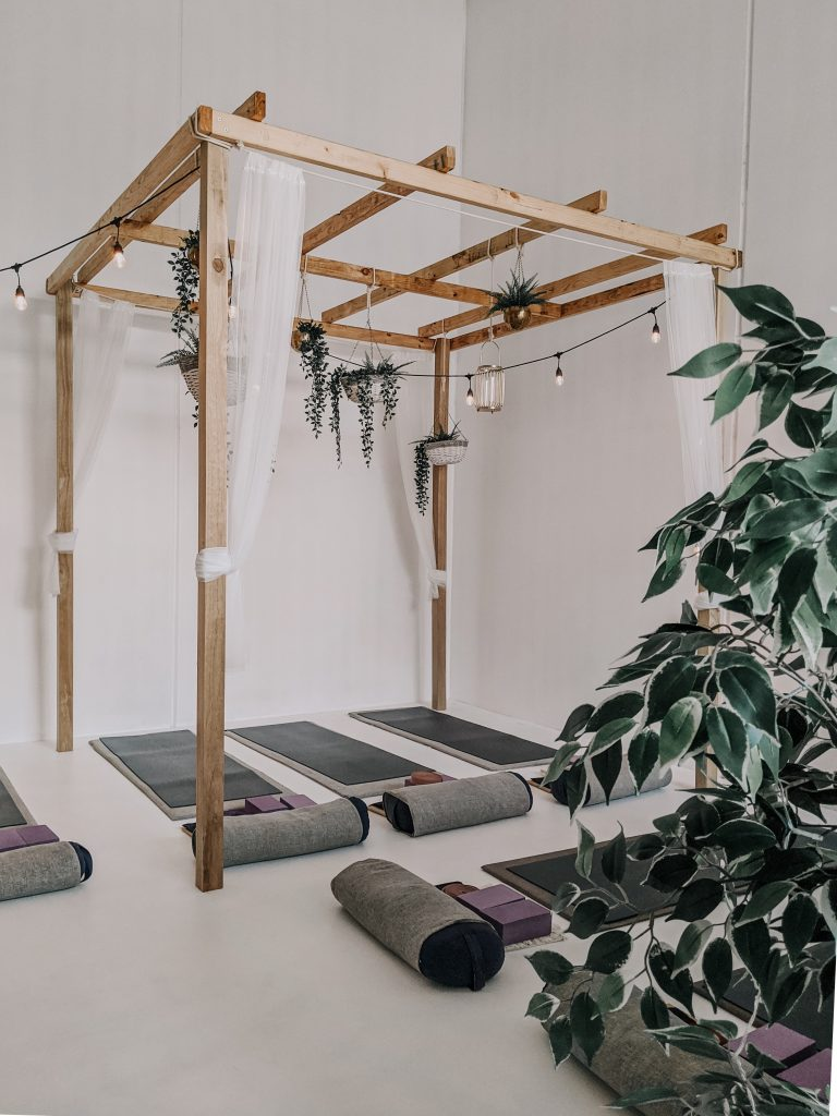 Peace Love And Yoga in Carlsbad California gives you all of the tips to help you decide if a yoga retreat is right for you; room with yoga mats